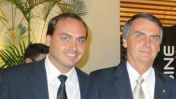 Carlos Bolsonaro escreve que Jair Bolsonaro pode deixar a Presidência